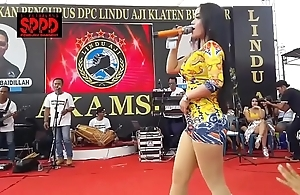 Indonesian glum dance - taking sintya riske dissolute dance aloft era
