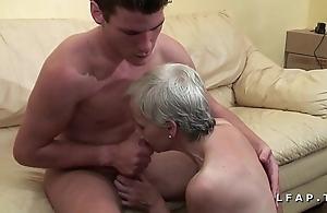 Mamy unethical veut du sperme chaud de jeunot herd laddie shed porno
